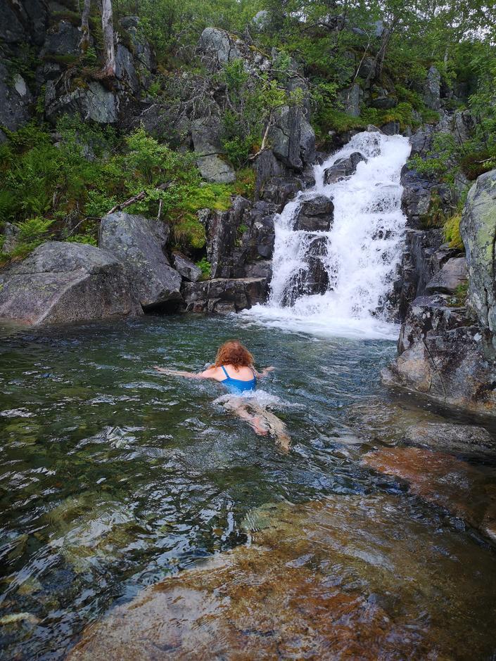 I kort avstand fra hytta er det en herlig badekulp, hvor en av gjestene, Kari Moe, tok seg et forfriskende bad.