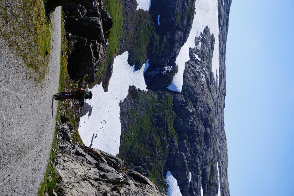 Også fine partier på sykkel mellom snøfennene. Her fra Slettedalen.