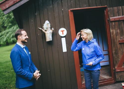Kronprins Håkon og styreleder i DNT, Berit Kjøll, foran Hovinkoia under nøkkeloverrekkelsen 7. juni.