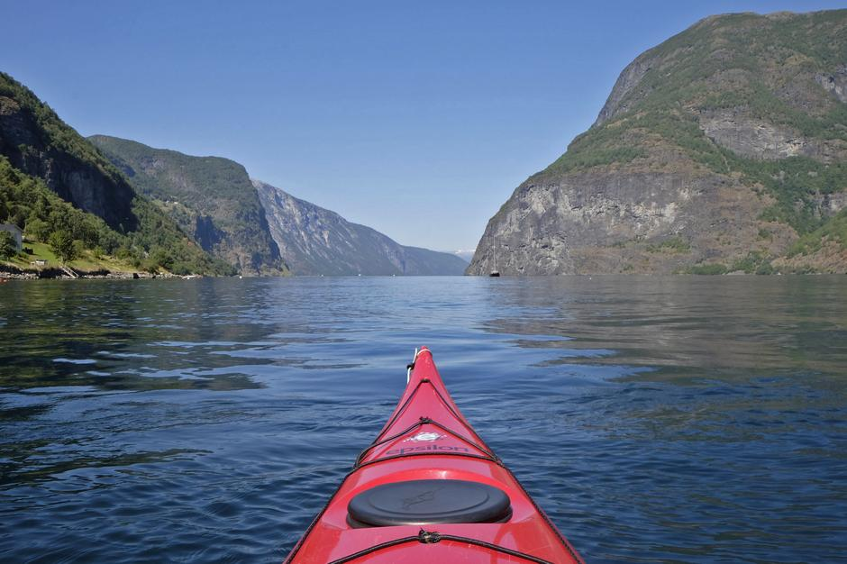 På Aurlandsfjorden mot Nedbergo. Hyllen der Nedbergo ligger er lysningen oppe til høyre i fjellsiden, og på denne siden av fjorden ligger Stigen.
