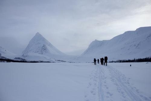 Her ser vi DNT ung Troms på vei inn mot Piggtind og Piggtindskaret for å grave snøhule! Etter 9 (!) timer med graving ble det et festmåltid av en middag og en meget god natts søvn!