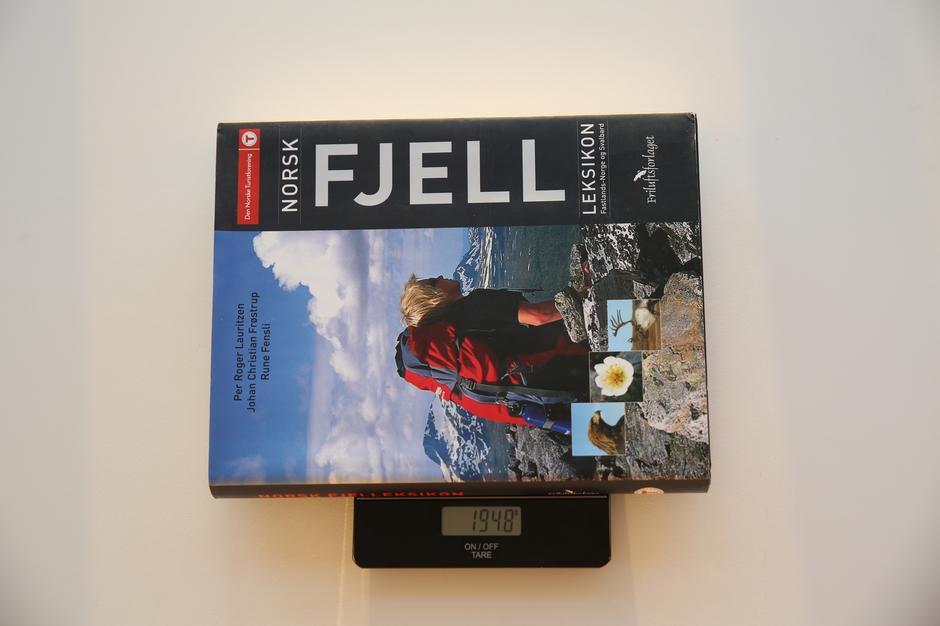 Bærer du med deg Norsk Fjell-leksikon gjennom hele 7-fjellsturen kommer du 1 time og 10 minutter senere i mål enn hvis du hadde droppet boken.