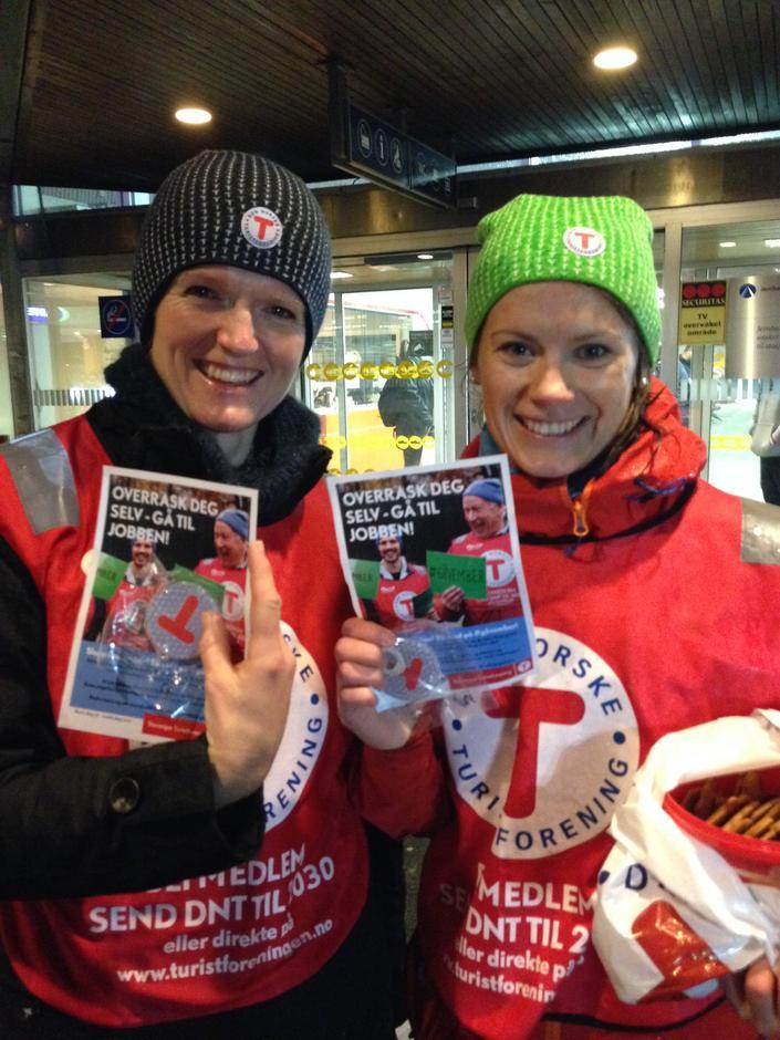 Mandag 16. november hadde ansatte i STF gåvember-kampanje. Turid Furdal og Ann Kristin Kro sto ved jernbanestasjonen og delte ut brosjyre, refleks og pepperkake  til alle som hastet forbi i regnet.