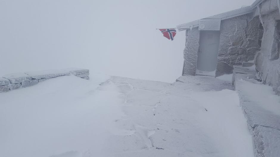 Årets første snø har nådd Gaustatoppen Turisthytte.