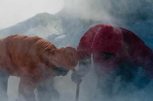 Kuling på Hardangervidda i mars. Vi klarte å grave en læmur i 18 m/s.