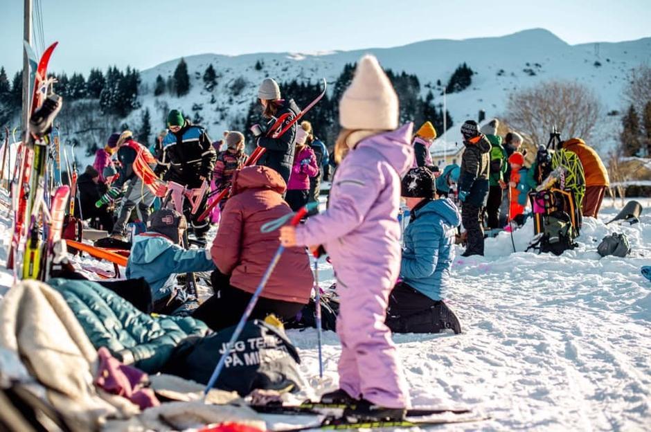 For en FANTASTISK dag     Ein dag med vinterglade barn og foreldre. Fire skiløp vart det. Barn under skulealder, 1. og 2. trinn, 3. og 4. trinn og fra 5. trinn og oppover. Det vart premie til alle.Bålpanna brant heile dagen og folk kunne grille medbragt mat eller varme frosne fingra og tær. Som avslutting på dagen vart det akekonkurranse der Lucas Sande stakk av med første premien. Med 48 barn med foreldre og besteforeldre bikka vi nesten 100 oppmøtte!