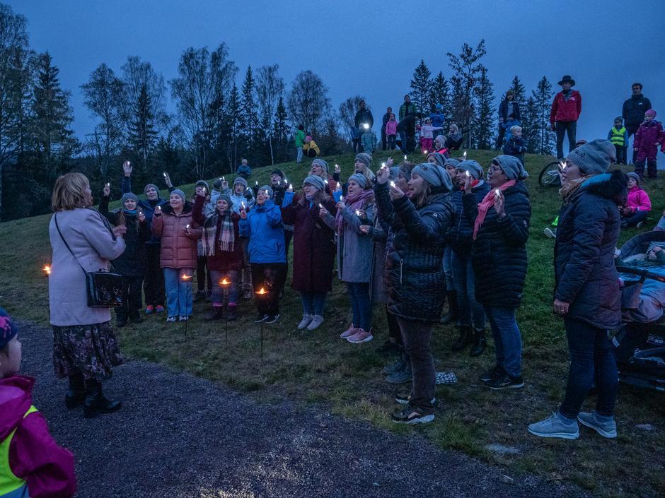 """Caldera skapte stemning ved Waage Dam når de sang Anne Grete Preus' """"Når himmelen faller ned"""""""