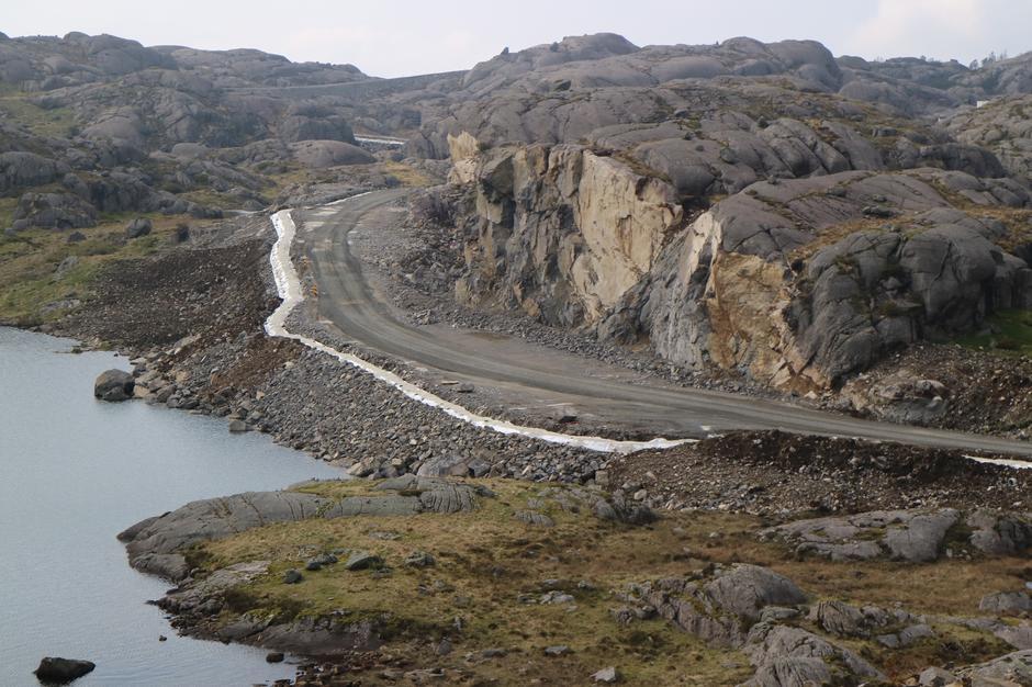 Store terrenginngrep i Egersund vindpark. En knaus er sprengt bort og fylt ut i vannet.