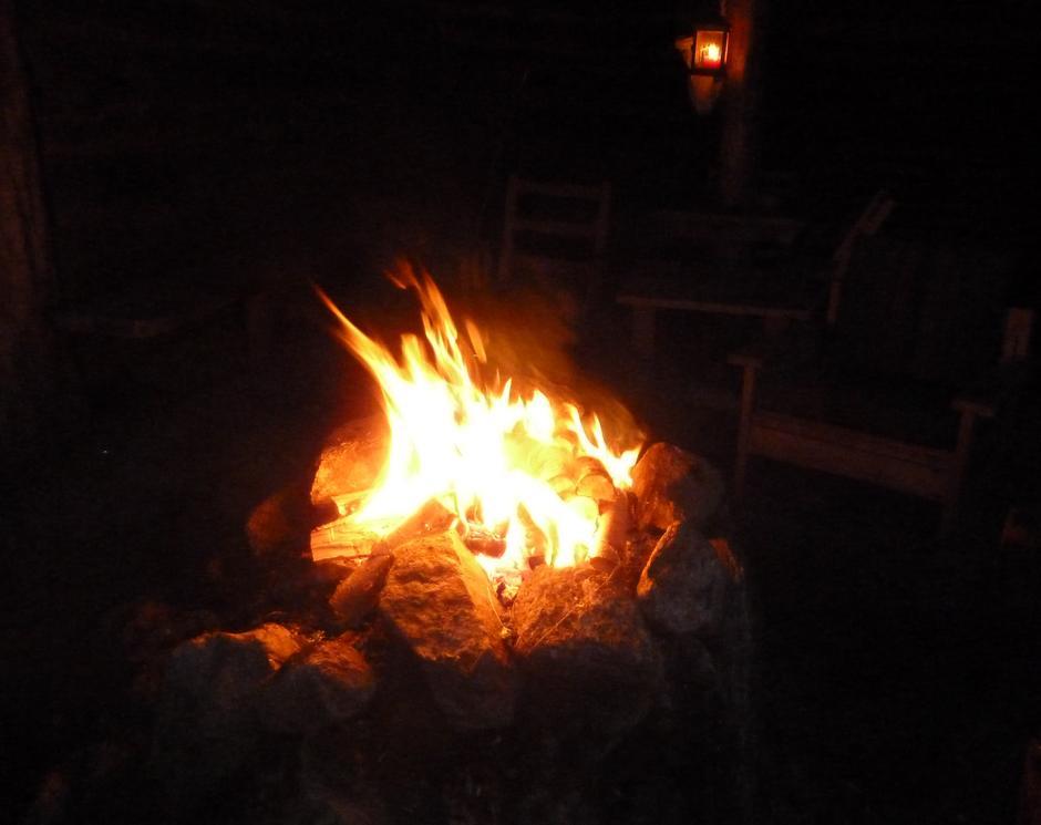 Bålet varma oss.