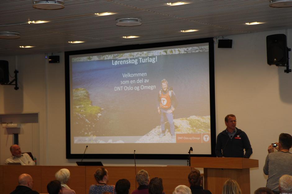 Henning Wikborg fra DNT Oslo & Omegn ledet stiftelsesmøtet for Lørenskog Turlag