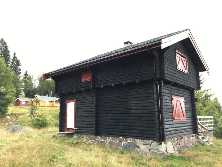 Gammel skjønnhet: Halvorsenhytta ble oppført i 1899, og bærer navn etter første eier, komponist Johan Halvorsen. Bak sees Tveitersetra.