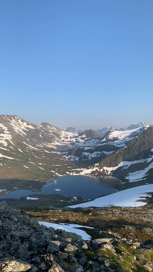25.06.2020: Utsikt fra Skrokkenfjellet mot Måsvatnet, Loftskaret og Isfjorden. Stien fra Måsvassbu til Isfjorden er fin å gå, men man må vade elva.