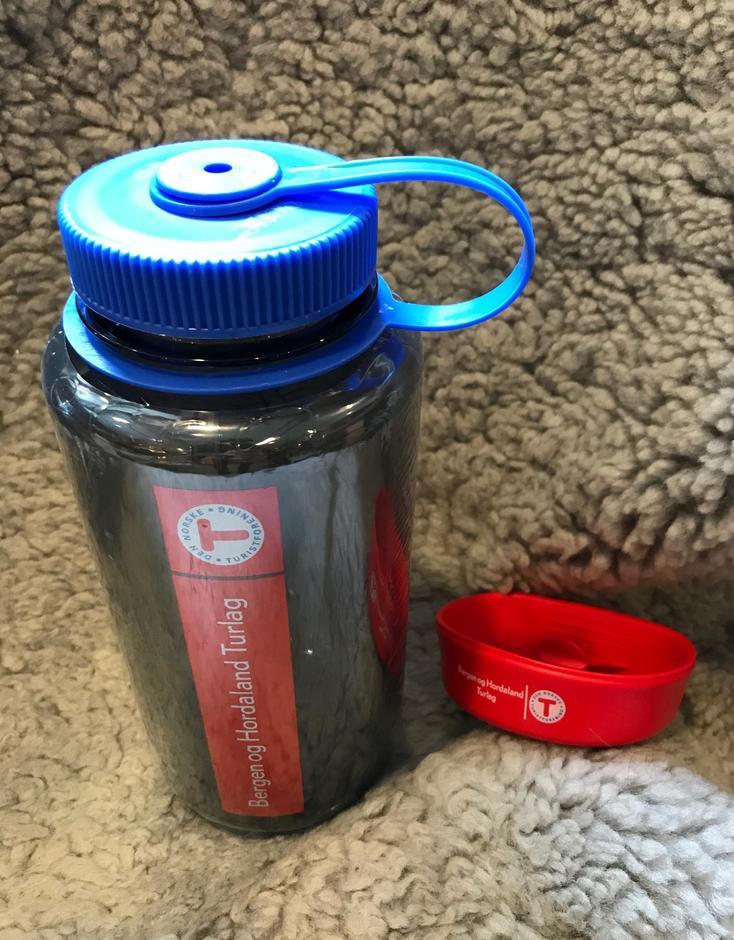 Nalgene drikkeflaske og brettekopp med logo. Vis at du støtter Turlaget!