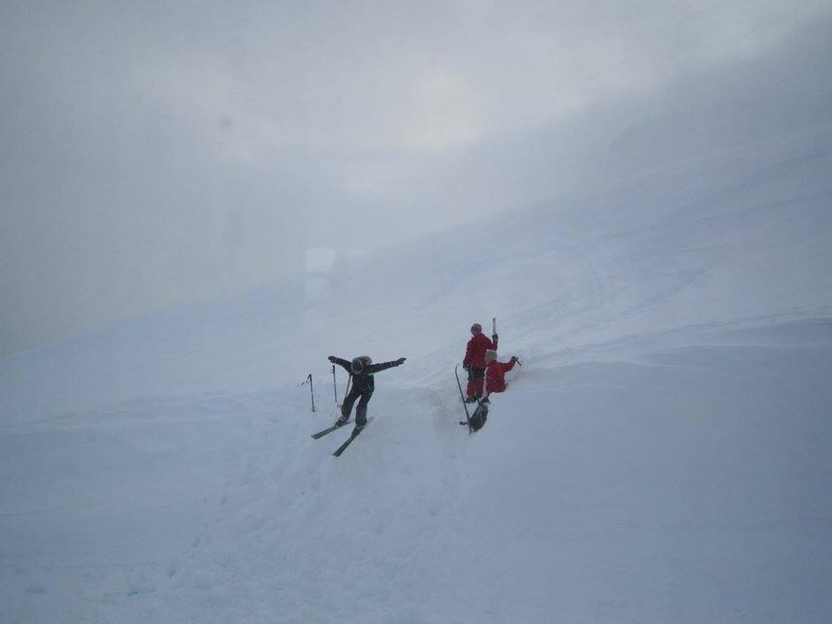 Dei yngste laga både snøholer i snøskavlen og spretthopp bak hytta, sjølv om det bles og snøa i 4 minusgrader.