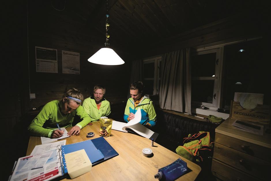GODT Å HVILE BEINA: Det ble ikke sen kveld på turfølget, men vi skriver i gjesteboka og studerer neste dags etappe på kartet.