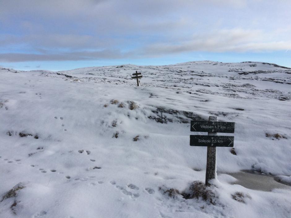 Framleis litt snø på toppen av Viefjellet.