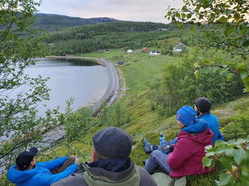 Aktivitetsleder og foreldre slapper av når barna sover godt i teltene