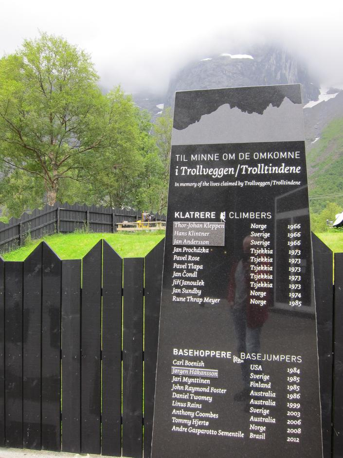 Minnestein ved Trollveggen Besøksenter