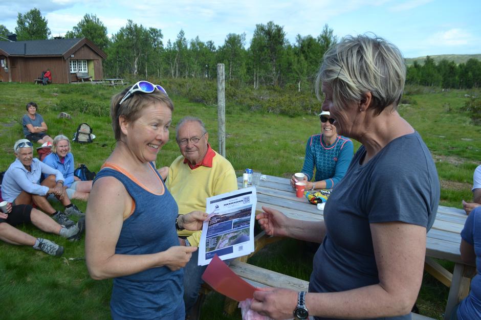 Heldig vinner av billetter til Peer Gynt, Ingunn Høyvik,  mottar premien fra GDs Solveig Sigstadstø