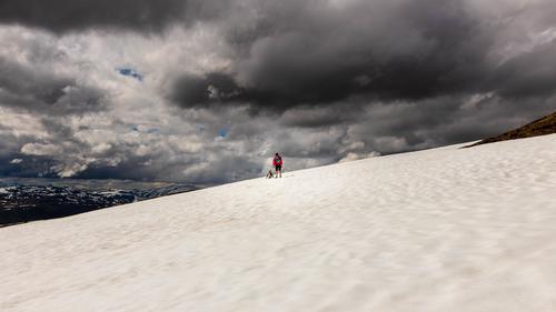 På vei over  snøen mot Gulekoppen i Stryn.