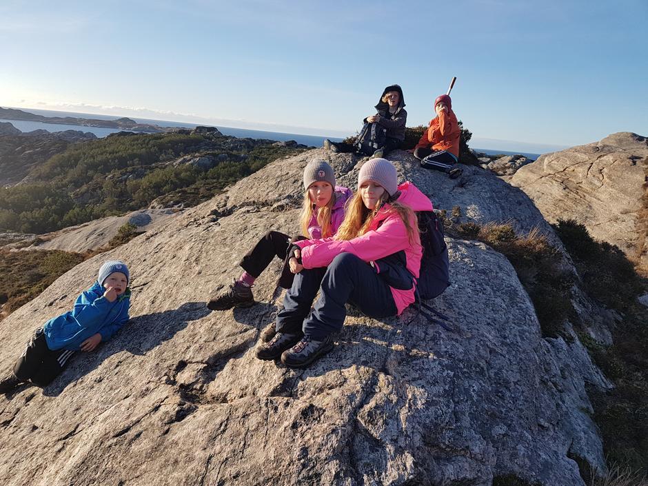 Flinke, blide, unge turgåarar på tur til Sandeie i november-solskin