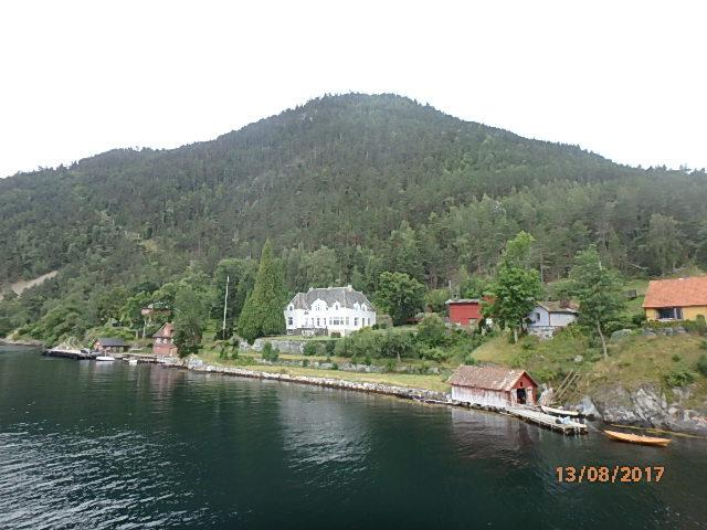 Hovedhuset i Frønningen slik ein møter når ein kjem sjøvegen..  .