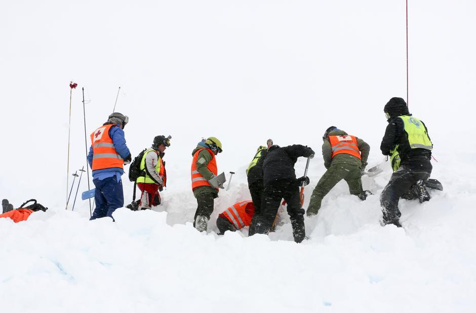 Et skredoffer graves ut under skredøvelse i Myrkdalen.