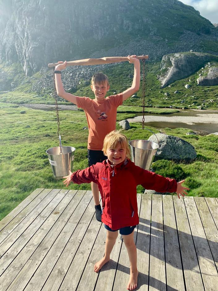 Henting av vann er en lek for disse glade barna på Stakken!