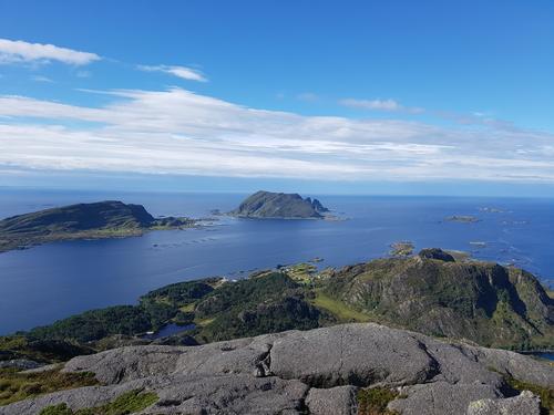 Utsikt frå Blåkollen på Skorpa mot Reksta, Kinn og Ytterøyane Fyr