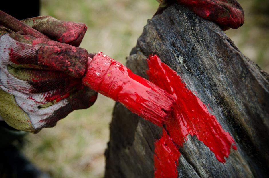 Nok en stein merkes med Turistforeningens røde T. Én av mange dugnadsoppgaver.