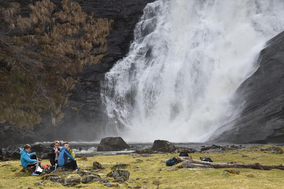 IST sine elevar ved vakre Huldefossen på Mo