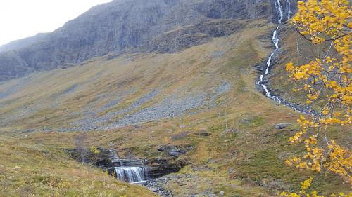 Liten trappefoss midt i ruta opp mor vannene