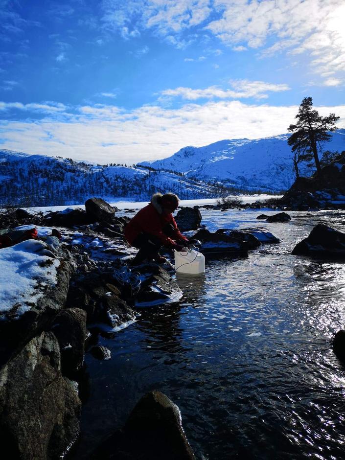 Bente Ellingvåg henter vatn i elva mellom Storevatnet og Dalevatnet i Gjengedalen.