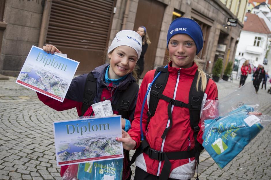 To stolte jenter etter ankomst i Marken.