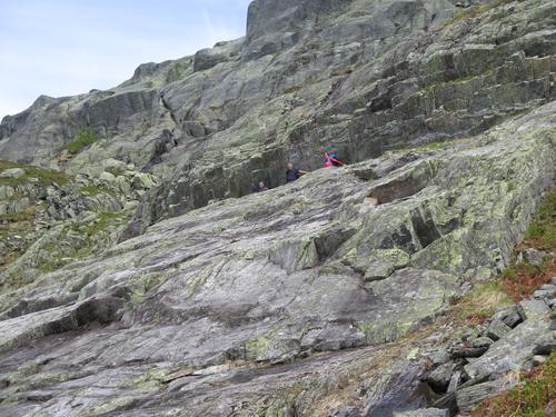 En sprekk og hylle i fjellet gjorde passasjen opp og ned Fallet mulig