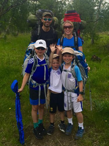 Hele familien på overnattingstur i lavo i Børgefjell nasjonalpark. Første langtur for minstemann på 5 år!