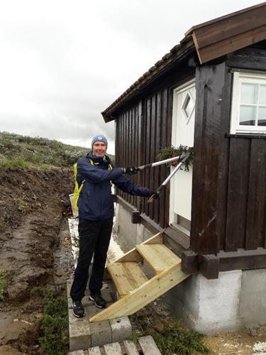 """Tor Martin Stenseng foretar den """"høytidelige"""" åpningen av utedoen på Storkvolvbua."""