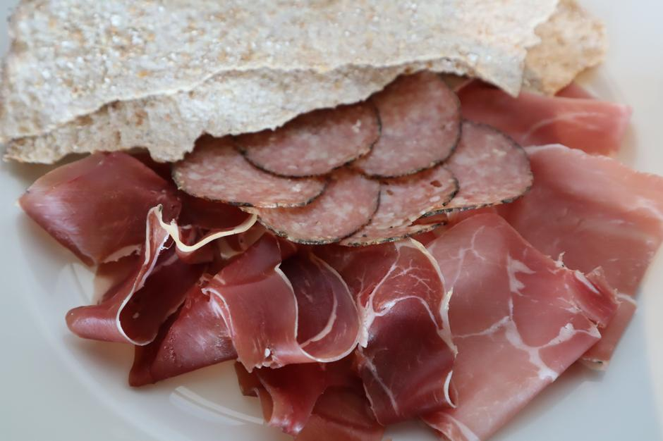 Rømmegrøt med spekemat fra Hovden og flatbrød fra Lega (165,-)