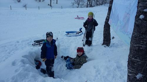 Sol og snø lokka mange i utebursdag