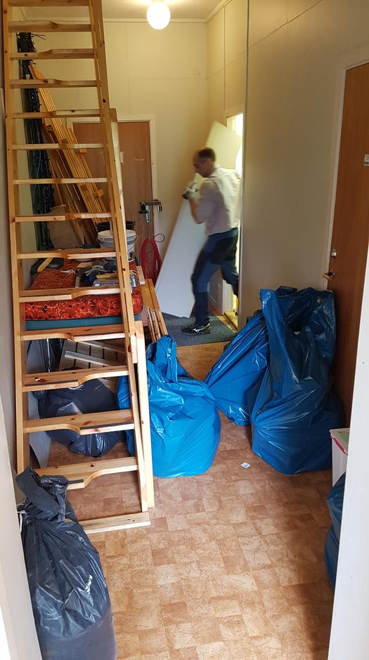 Inngangspartiet til Maistua er enn så lenge fyllt av en god del søppel etter at toalettrommet er tømt.