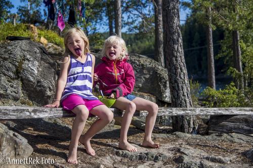 Malin (6år) og Birgitte (6år) fant rikeslig med blåbær på hver eneste øy vi stoppet på Kanotur i Rrørholdfjorden i Darangedal, Telemark. Juli 2017