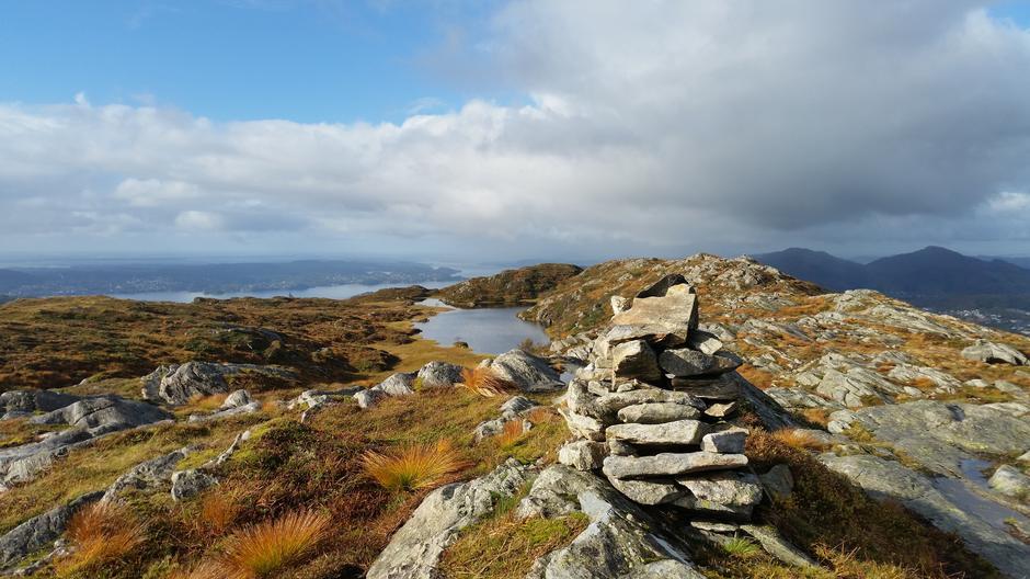 Etter du har passert Vikinghytten går du oppe på Vardegga et stykke.