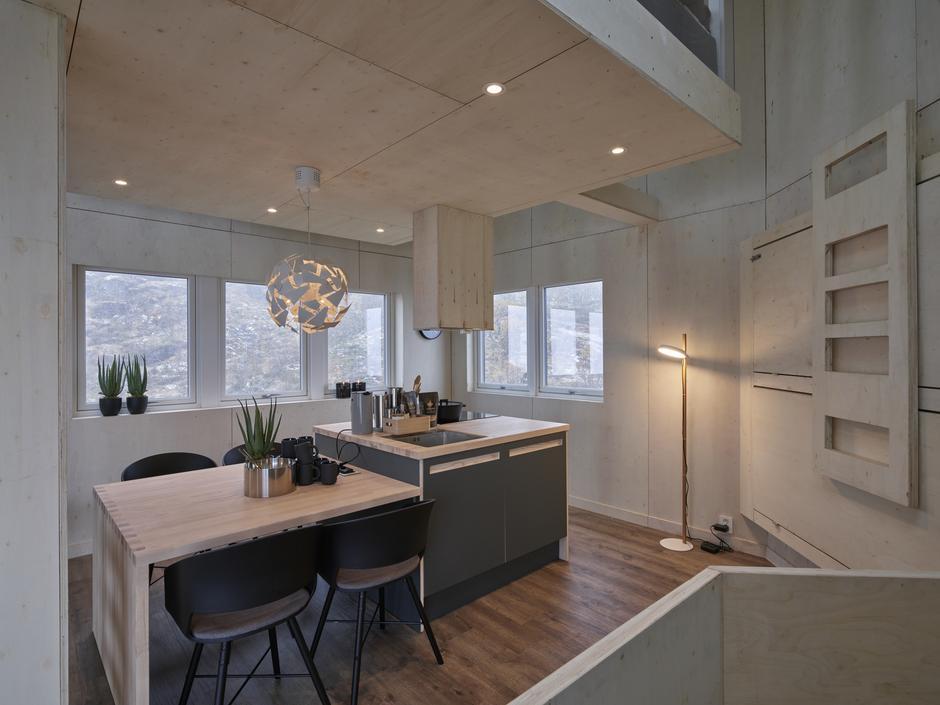 Det flotte kjøkkenet med den koselige spisegruppa.