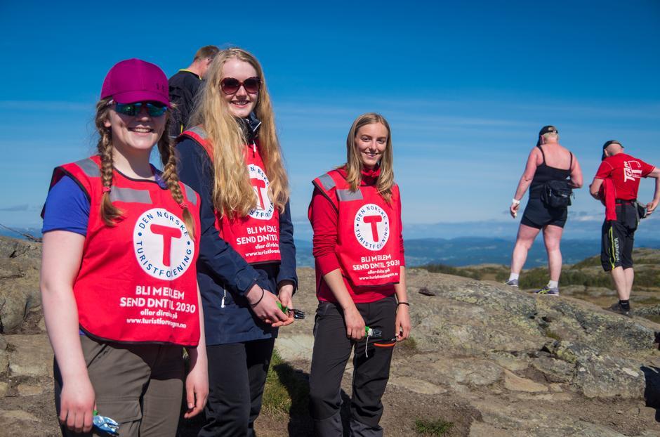 Malin (16), Linn Amalie(16) og Marianne (20) klippet på storheia