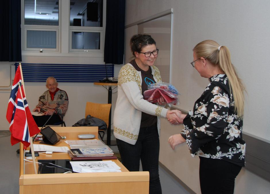Medlem nr 1000, Lene Hovi, ble ønsket velkommen med en liten gave.