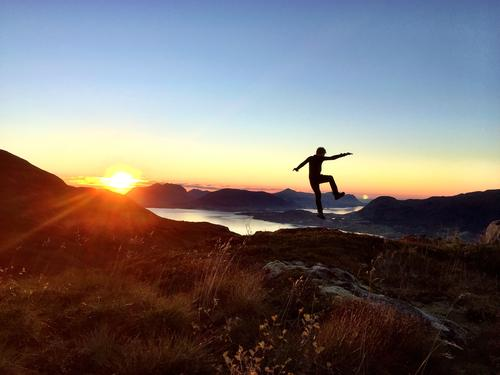 Sprek gutt i solnedgang ned fra Stokknoken, Gjemnes, Møre og Romsdal