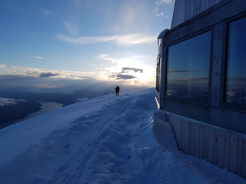 Onsdag 8.5: topptur til Skåla anbefales. Skfiøre fra 650 moh. 20-40 cm nysnø. Spor å følge enn så lenge...