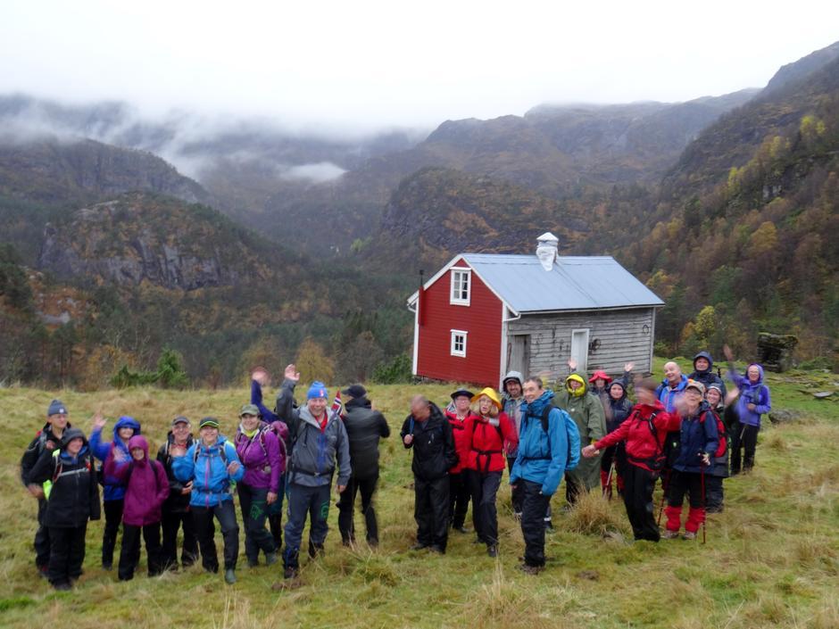 Turen gjekk via Sætre gard. Her budde det folk til 1960.