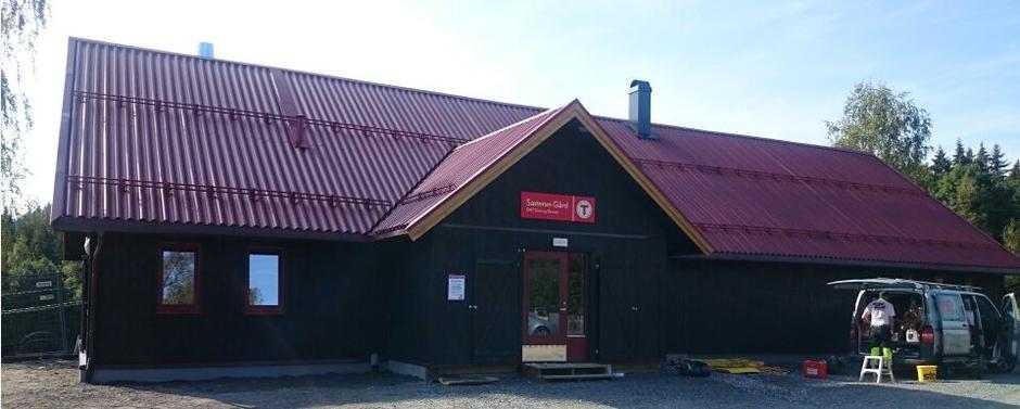 Den nye låven på Sæteren Gård er snart klar for innvielse.