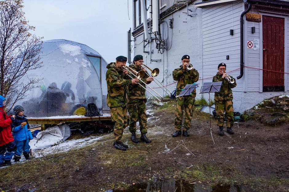 Folkefesten startet med nydelig konsert . Takk til Hærens musikkkorps Harstad.
